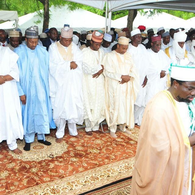 Buhari Prays 3