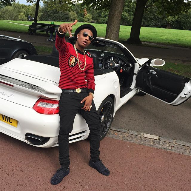 Fan Gives Wizkid Gold Chain On Stage