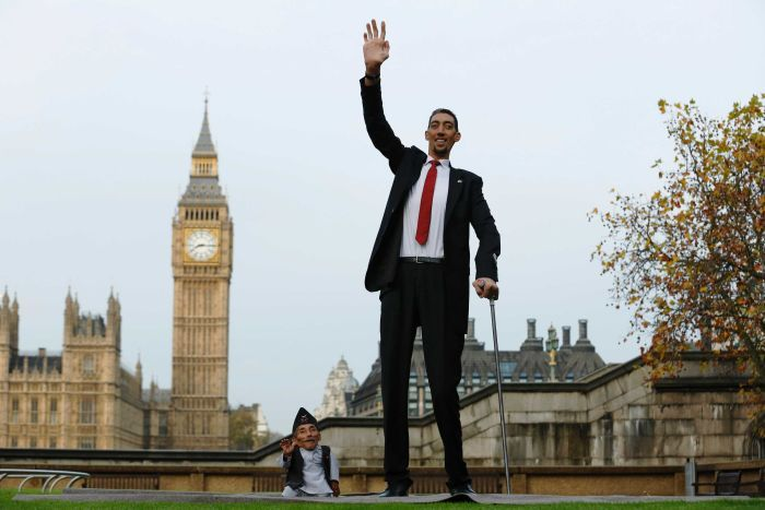 The world's shortest man Chandra Bahadur Dangi poses with the tallest living man Sultan Kosen to mark the Guinness World Records Day in London November 13, 2014. (Reuters/Luke MacGregor )