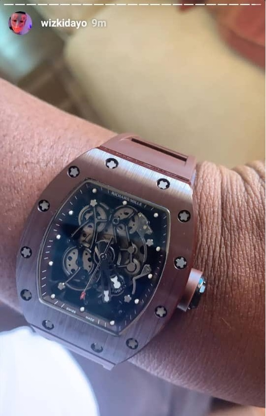 Analysts says watch Wizkid bought for his manager is fake, gives reasons. (photos)