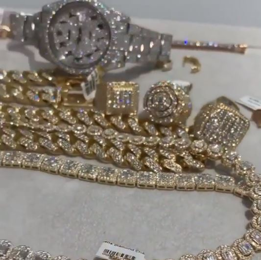 Wizkid flaunts expensive luxury jewelries
