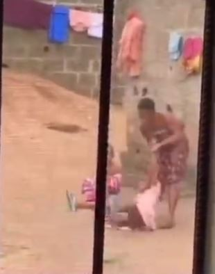 "<img src=""https://www.yabaleftonline.ng/wp-content/uploads/2021/06/womanfre.jpg"" alt=""Woman filmed brutally assaulting "" width=""1200"" height=""630"" class=""aligncenter size-full wp-image-632331"" />"